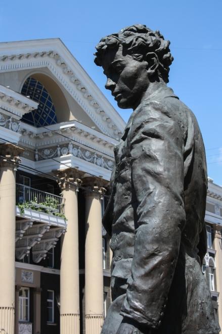 Rue Karl Marx, le monument à A. Vampilov et le batiment de la RGD - памятник Вампилову, Иркутск